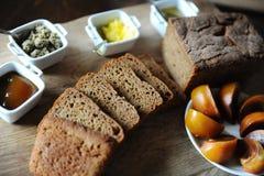 O pão ázimo caseiro fresco na levedura é cortado em uma placa de madeira Serviço do café da manhã Imagem de Stock