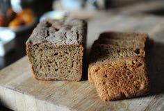 O pão ázimo caseiro fresco na levedura é cortado em uma placa de madeira Serviço do café da manhã Imagem de Stock Royalty Free