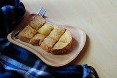 O pão brindado no trey de madeira, a tabela azul, a tabela de madeira e o espaço para escrevem o fraseio fotos de stock
