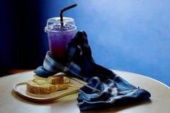O pão brindado no trey de madeira, a tabela azul, a tabela de madeira e o espaço para escrevem o fraseio foto de stock royalty free