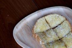 O pão brindado no trey de madeira, a tabela azul, a tabela de madeira e o espaço para escrevem o fraseio fotografia de stock royalty free