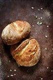 O pão caseiro fresco da farinha inteira do trigo e de centeio com sementes, abóbora e aveia de linho lasca-se em um fundo marrom imagens de stock royalty free