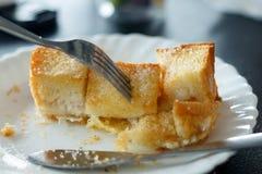 O pão cortado coze comido durante o tempo das rupturas Imagem de Stock