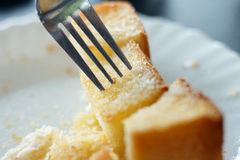 O pão cortado coze comido durante tempos das rupturas Fotografia de Stock Royalty Free