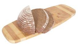 O pão de centeio na placa de desbastamento. Imagem de Stock