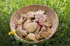 O pão-de-espécie de Checo easter na cesta de vime no jardim com os dentes-de-leão de florescência amarelos floresce Foto de Stock