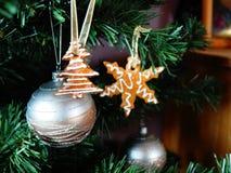 O pão-de-espécie decorou a árvore de Natal Foto de Stock Royalty Free