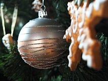 O pão-de-espécie decorou a árvore de Natal Imagens de Stock Royalty Free