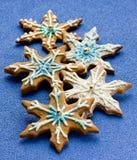 O pão-de-espécie deu forma aos flocos de neve decorados com spr da crosta de gelo e do açúcar Imagem de Stock