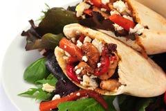 O pão de Pitta encheu-se com uma galinha e os vegetais foto de stock