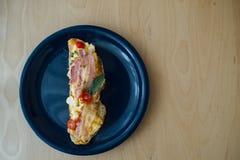 O pão de Sourdough cobriu com os ovos do bacon e da precipitação Fotografia de Stock