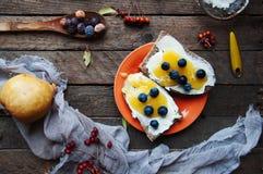 O pão doce com mirtilo, o mel e a manteiga, a manteiga e o mirtilo bloqueiam Pão saboroso com doce Sanduíche doce, alimento, café Fotografia de Stock