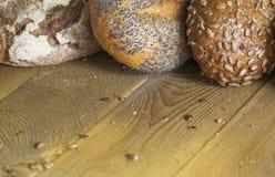 O pão dourado fresco está na mesa de cozinha Fotos de Stock