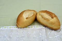 O pão francês roasted na tabela imagens de stock