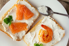O pão integral brinda com queijo creme, salmão fumado e camarão Imagens de Stock Royalty Free
