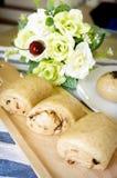 O pão integral inteiro deslizou na placa de madeira na tabela Fotografia de Stock