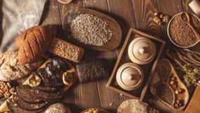 O pão inteiro do multigrain da grão, inteiro e cortado, contém as sementes isoladas no preto vídeos de arquivo