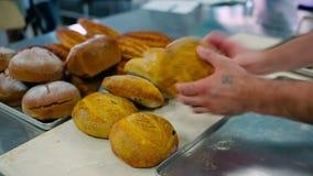 O pão na tabela na cozinha filme
