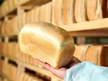 O pão no homem entrega a fabricação do pão dos estoques da padaria de biscoitos imagens de stock royalty free