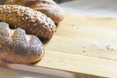 O pão perfumado bonito está na mesa de cozinha Imagens de Stock Royalty Free