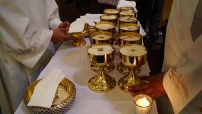 O pão sacramental do anfitrião preparou-se para os povos que tomarão o comunhão santamente video estoque