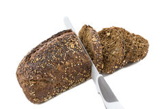 O pão sueco com as sementes com fatia e o pão knifeisolated no fundo branco fotografia de stock