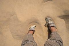 O pé afoga-se nas dunas de areia Imagem de Stock Royalty Free