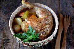 O pé de galinha cozeu com batatas, cenouras, aipo e cebolas Fotografia de Stock