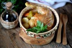 O pé de galinha cozeu com batatas, cenouras, aipo e cebolas Fotografia de Stock Royalty Free