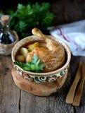 O pé de galinha cozeu com batatas, cenouras, aipo e cebolas Foto de Stock