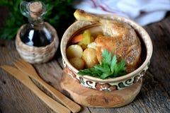 O pé de galinha cozeu com batatas, cenouras, aipo e cebolas Fotos de Stock Royalty Free