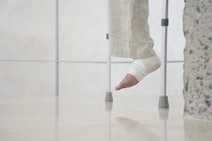O pé do homem envolvido com atadura imagem de stock royalty free