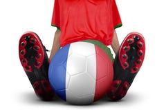 O pé do jogador de futebol com bola senta-se no estúdio Imagens de Stock Royalty Free
