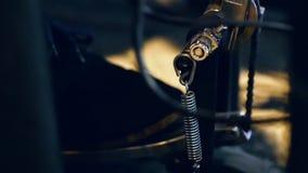 O pé masculino pressiona o pedal do cilindro closeup video estoque