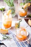 O pêssego e os alecrins efervescem o cocktail fotografia de stock