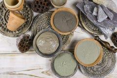 O pó antigo de minerais - pretos, verdes, azuis da argila e a lama mascaram f Fotografia de Stock