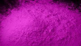 O pó cor-de-rosa é derramado na pilha filme