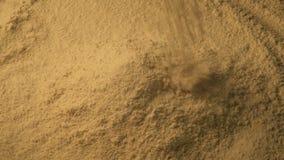 O pó da especiaria derrama na pilha filme