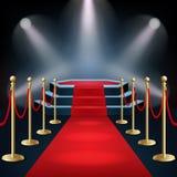 O pódio com tapete vermelho e a barreira rope no fulgor dos projetores Fotografia de Stock Royalty Free