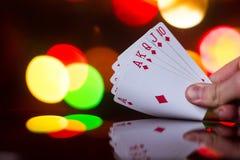 O pôquer do resplendor real carda a combinação no jogo de cartas borrado da fortuna da sorte do casino do fundo Fotografia de Stock Royalty Free