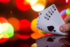 O pôquer do resplendor real carda a combinação no jogo de cartas borrado da fortuna da sorte do casino do fundo Fotos de Stock Royalty Free