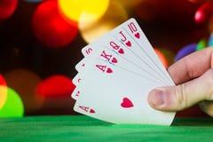 O pôquer do resplendor real carda a combinação no jogo de cartas borrado da fortuna da sorte do casino do fundo Foto de Stock