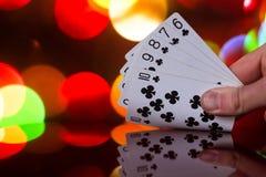 O pôquer do resplendor reto carda a combinação no jogo de cartas borrado da fortuna da sorte do casino do fundo Imagens de Stock
