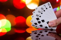 O pôquer do resplendor reto carda a combinação no jogo de cartas borrado da fortuna da sorte do casino do fundo Imagem de Stock