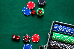 O pôquer ajustou-se em um caso metálico em um copyspace de jogo verde da opinião de tampo da mesa Fotos de Stock Royalty Free