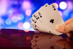 O pôquer do resplendor real carda a combinação na fortuna borrada da sorte do casino do fundo Imagem de Stock