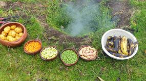 O pachamanca é um ritual ancestral dos indígenas dos Andes imagens de stock royalty free