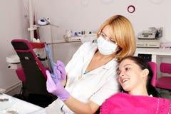 O paciente do dentista e da menina examina o raio X Imagem de Stock