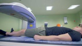 O paciente masculino está obtendo fez a varredura por um equipamento do raio X 4K video estoque