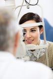 O paciente no ophthalmoscope determina o diopter do olho Fotografia de Stock